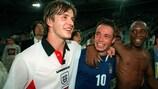 David Beckham, Graeme Le Saux e Ian Wright festejam o apuramento da Inglaterra para o Campeonato do Mundo de 1998, à custa da Itália