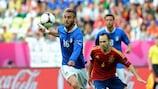 Андрес Иниеста борется за мяч с Даниэле Де Росси