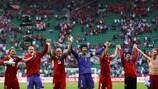Os jogadores da República Checa saúdam os seus adeptos após o triunfo sobre a Grécia