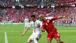 João Pereira protege a bola do dinamarquês Simon Poulsen