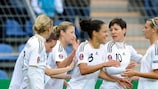 Célia Okoyino da Mbabi é felicitada após ter adiantado a Alemanha no marcador