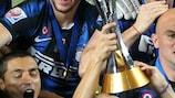 Javier Zanetti y sus compañeros levantan el trofeo