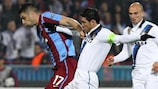 Burak Yılmaz (à esquerda), do Trabzonspor, tenta escapar ao capitão do Inter, Javier Zanetti