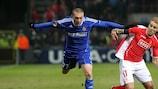 El jugador del Wisla Ivica Iliev (a la izquierda) pugna con el del Standard Yoni Buyens