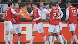 La joie des joueurs de l'AZ après le but de Maarten Martens à Bruxelles