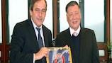 Michel Platini pose avec Chung Mong-koo de Hyundai Motor Company