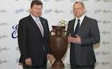 Martin Kallen, le directeur des opérations de l'UEFA Euro 2012, et Paweł Szcześniak, le directeur exécutif d'E. Wedel