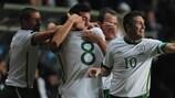 Keith Andrews (o nº 8) e Robbie Keane (à direita) festejam o primeiro golo irlandês em Tallinn