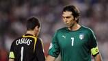 O espanhol Iker Casillas e o italiano Gianluigi Buffon no desempate dos quartos-de-final do UEFA EURO 2008