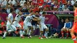 A Grécia festeja o golo da vitória de Giorgos Karagounis em Varsóvia