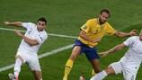 El sueco Olof Mellberg lucha con los jugadores franceses