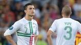 Cristiano Ronaldo (à esquerda) mostra a sua desilusão após a derrota de Portugal no desempate por penalties