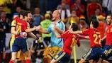 Cesc Fàbregas viene festeggiato dai compagni dopo aver trasformato il rigore decisivo per la Spagna