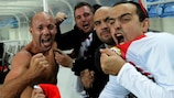 El gibraltareño Al Greene (izquierda) celebra con los aficionados el 0-0 ante Eslovaquia