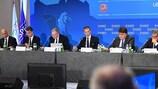Aleksander Čeferin, Presidente da UEFA, dirige-se aos presentes na reunião do Comité Executivo da UEFA