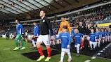 Des enfants portant des t-shirts #FootballPeople ont accompagné les équipes sur le terrain lors des European Qualifiers.
