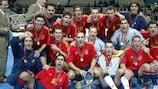 Los jugadores de España con el trofeo