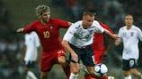 Miguel Velso (Portugal) und Lee Cattermole (England) im Duell um den Ball
