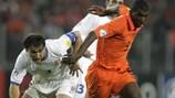 Le Néerlandais Ryan Babel à la lutte avec le Serbe Branislav Ivanović