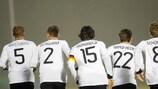 U21-Größen mit dem Rücken zur Wand