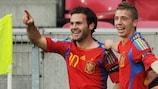 Juan Mata é felicitado por Iker Muniain depois de colocar a Espanha em vantagem frente à Ucrânia