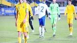 Капитан сборной Украины Сергей Кривцов покидает поле после ничьей с финнами