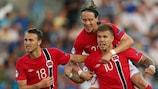 Le Norvégien Marcus Pedersen (à droite) fête son but avec Magnus Eikrem (à gauche) et Stefan Johansen