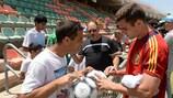 Spaniens Nacho schreibt Autogramme nach einer Trainingseinheit