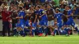 Riccardo Saponara é abraçado após inaugurar o marcador para a Itália