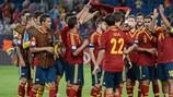 Os jogadores de Espanha exibem a camisola do lesionado Sergio Canales despois da vitória