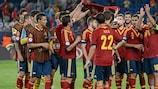 Les joueurs espagnols brandissent le maillot de leur coéquipier blessé Sergio Canales après leur victoire