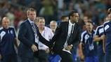 Englands Trainer Stuart Pearce (links) gratuliert Israels Guy Luzon zum Sieg