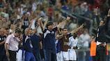 Guy Luzon saúda os jogadores de Israel após a vitória contra Inglaterra no Verão passado