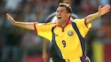 Viorel Moldovan comemora um golo pela Roménia no UEFA EURO 2000