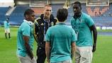 O defesa Victor Lindelöf, da Suécia, fala com Bernardo Silva, Ivan Cavaleiro e Bruno Varela, antigos e actuais companheiros no Benfica