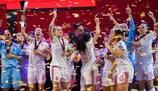 A Espanha ergue o troféu
