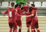 Os jogadores da República Checa comemoram após marcar frente à ARJ Macedónia