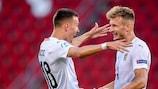 Dejan Ljubicic (links) jubelt mit Stefan Posch über Österreichs Sieg am ersten Spieltag