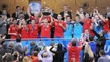 Javi Rodríguez, capitão da selecção de Espanha, ergue o troféu de campeão da Europa de futsal