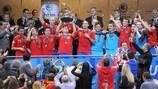 El capitán Javi Rodríguez levanta el trofeo para España