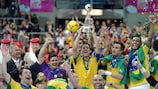 Vinicius, de Brasil, levanta el trofeo de la Copa Mundial de la FIFA de Fútbol Sala logrado ante España