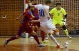 Alen Fetič intenta un disparo en el triunfo vital de Eslovenia (3-2) ante la República Checa