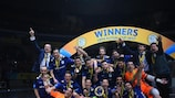 Inter celebra com o troféu após ganhar a final da Taça UEFA Futsal