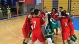 Os jogadores de Portugal festejam o apuramento para a fase final