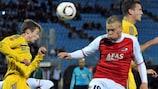 Pavel Nekhaychik (FC BATE Borisov) dans un duel aérien avec Kolbeinn Sigthorsson (AZ Alkmaar)