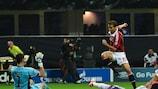 El portero del Anderlecht Silvio Proto salva una acción ante Mathieu Flamini