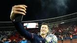 "Robert Lewandowski pega na bola após marcar um ""hat-trick"" na UEFA Champions League no terreno do Estrela Vermelha"