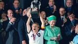Jürgen Klinsmann levanta o troféu no EURO '96