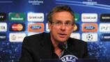 L'entraîneur du FC Schalke 04 Ralf Rangnick en conférence de presse d'avant-match