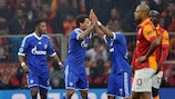 Jermaine Jones es felicitado por sus compañeros tras hacer el empate para el Schalke